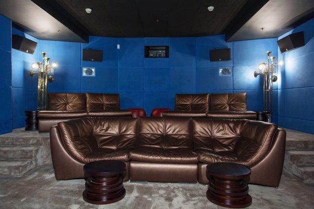 Приватный кинозал с кожаными диванами