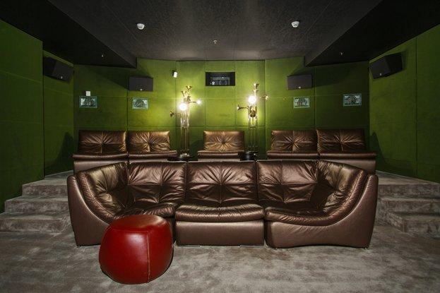 Уютный зал с кожаными диванами
